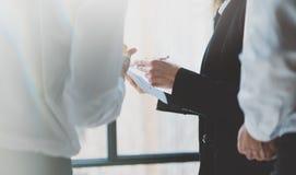 Se réunir d'associés de photo Fonctionnement d'équipe Femme d'affaires montrant de nouveaux collègues de projet Fond brouillé, fi Photos stock