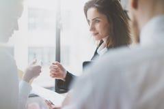 Se réunir d'associés de photo Succes d'équipe Femme d'affaires donnant le collègue de carte de visite professionnelle de visite F Photographie stock