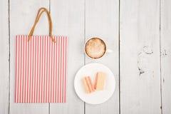 se réunissant dans un café - une tasse de café, de gaufres et de packag de achat Image stock