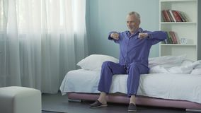 Se réveiller complètement homme gai d'énergie et d'optimisme du vieil faisant la gymnastique de matin banque de vidéos