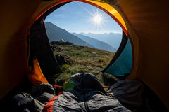 Se réveiller dans la tente photo stock