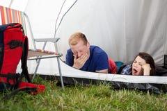 Se réveiller dans une tente Images libres de droits