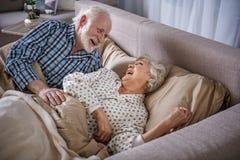 Se réveiller plus âgé heureux d'homme et de femme Photos stock