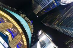 Se rakt upp från mitten av Times Square i Evenien Arkivfoton