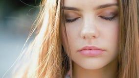 Se refléter de l'adolescence paisible de fille de récréation spirituelle banque de vidéos
