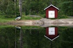 se refléter de lac de maison de bateau images libres de droits