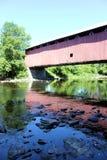 Se refléter de pont couvert Images stock