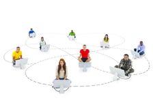 Se relier multi-ethnique de personnes et mise en réseau sociale Images libres de droits