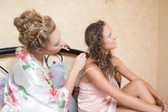Se reposer attrayant blond de jeunes femmes d'amie Images stock