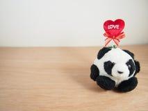Se reposer autour du gros panda avec le mot d'amour Image stock