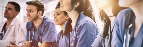 Se reposer de écoute d'étudiants en médecine au bureau image libre de droits