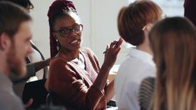 Se reposer de applaudissement africain créatif heureux de femme d'affaires à l'entretien moderne de conférence de bureau ainsi qu banque de vidéos