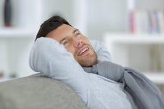 Se reposer de détente d'homme sur le sofa à la maison Photos stock