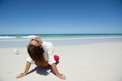 Se reposer de femme a détendu sur la plage tropicale Photos stock
