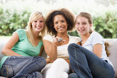 se reposer de filles de divan d'adolescent Photo stock