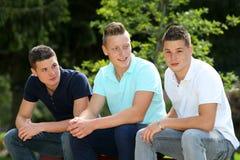 Se reposer de trois garçons Photos stock