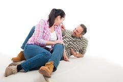 Se reposer heureux d'homme et de femme décontracté sur le plancher Photo stock