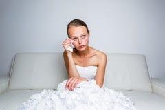 Se reposer pleurant de jeune mariée triste sur un sofa Photo stock