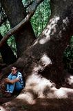 Se reposer sous un grand arbre Photographie stock