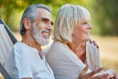 Se reposer supérieur heureux de couples décontracté Photographie stock libre de droits