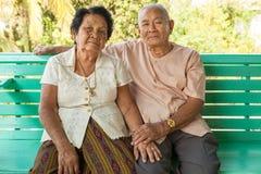 Se reposer supérieur heureux de couples d'intérieur Photos libres de droits