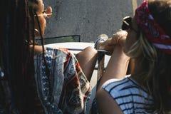Se reposer sur le toit du Van avec des amis Images libres de droits