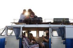 Se reposer sur le toit et l'intérieur du Van sur le voyage par la route Photo stock