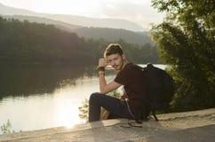 Se reposer sur un rivage de lac et détente Photos stock