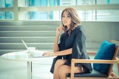Se reposer travaillant d'entrepreneur féminin à un bureau Photos stock
