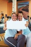Se retenir de femmes signent dedans la gymnastique Image libre de droits