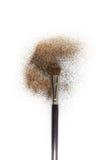 Se ruboriza el cepillo con se ruboriza en él, polvo flojo y el brillo se ruboriza, aislado en el backgrownd blanco Foto de archivo