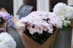 Se ruboriza el ramo del gerbera en florista de la acera Imagen de archivo libre de regalías