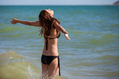 Se sentir gratuit dans l'océan Images stock