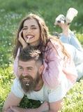 Se sentir gratuit et décontracté Couples heureux dans l'amour Cigarette de fumée de femme se trouvant sur l'homme avec la marguer Photo libre de droits