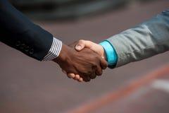 Se serrant la main la fin différente de personnes de course  Photo stock