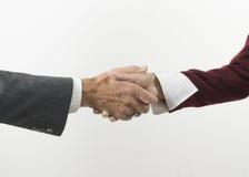Se serrer la main tout en faisant des affaires. Photos stock