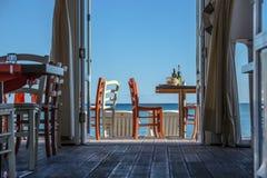 Se sikten/restaurangen, tabeller och stolar royaltyfri foto