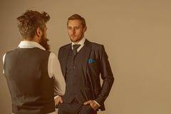 Se smart och stiligt Vänner i kamratskapförbindelse Modemodeller i affärsförbindelse Män bär mode arkivfoton