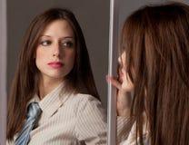 se spegeltiekvinnan royaltyfria bilder