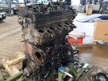Se substituye un motor de coche viejo, defectuoso imagen de archivo