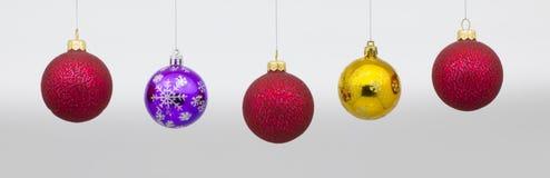 Se suspende el ` s del Año Nuevo o las bolas de la Navidad Fotografía de archivo libre de regalías