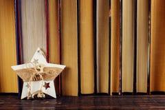 Se tenant sur l'étagère, étoile de décoration de Noël Endroit pour le texte, l'espace de copie image libre de droits