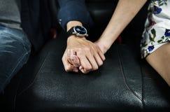 Se tenir asiatique de couples se remet Photos libres de droits