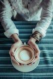 Se tenir asiatique de mains de femme Photographie stock