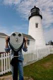 Se throuh ett teleskop framme av den Pemaquid fyren royaltyfri fotografi