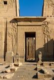 Se till och med den första pylonen in i förgården av templet av Isis, Philae, Aswan, Egypten arkivbild