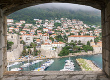 Se till och med ett fönster till den gamla porten i Dubrovnik Arkivfoton