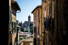 Se till och med gränderna av Siena i Italien Arkivbild