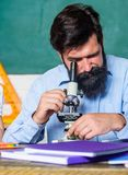 Se till och med mikroskopet skäggig manlärare tillbaka skola till experimentera med kemikalieer eller mikroskopet på arkivfoton