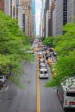 Se trafik längs den 42nd gatan i Manhattan, New York Royaltyfri Fotografi